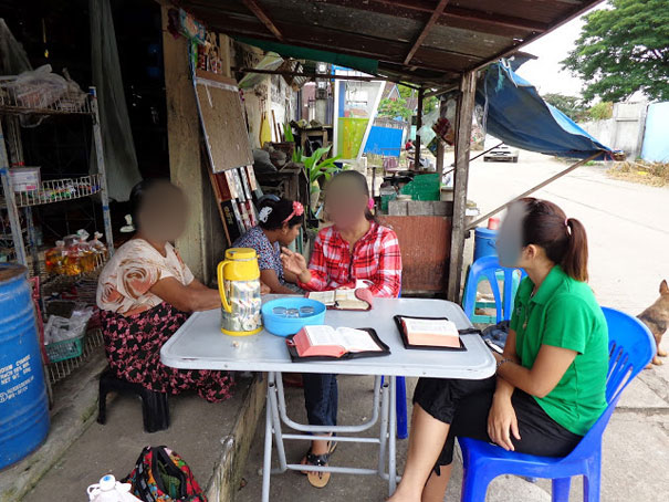 Ginnie shares the gospel to a Hindu resident in Western Thailand